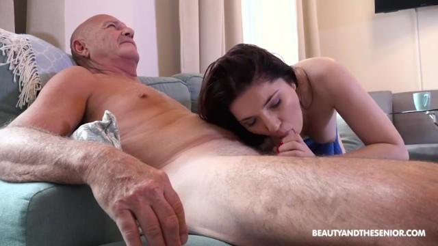 Смазливая красотка с упругой попкой скачет на члене любимого дедушки