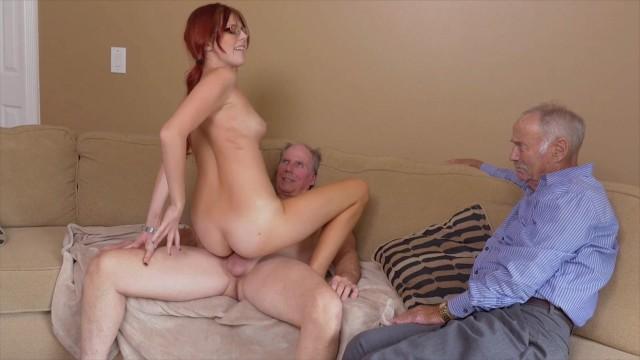 Молодая дочь балует сексом своего отца и его зрелого и развратного друга