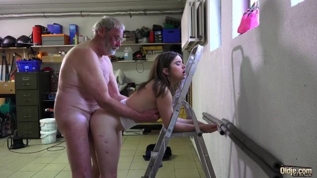 Старик поставил на колени молодуху и заставил её отсосать член