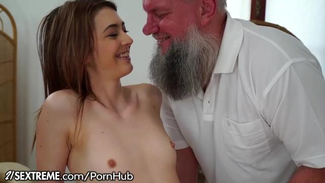 Старый дед был благодарен внучке за шикарный секс в бритую киску