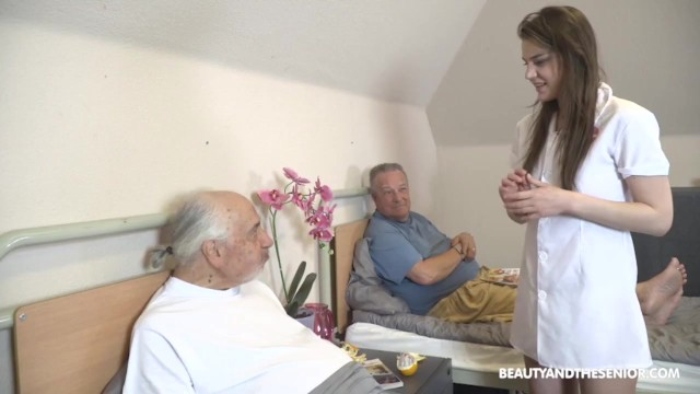 Симпатичная внучка не отказала дедушке и его другу в ебли в киску