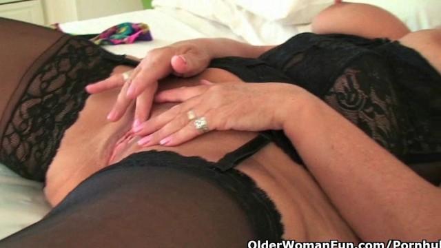 Старая баба отодвинула трусики и стала старательно массировать пизду
