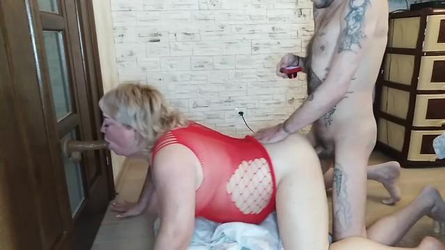 Мама отсасывает возбужденный член сыночка и дрочит ему ногами