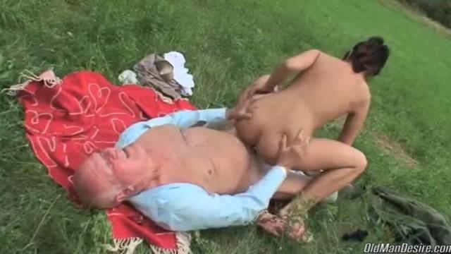 Старый дед разбудил внучку и показал ей свой пенис в ярком сексе