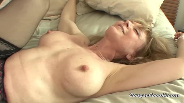 Очень грудастая и похотливая тётя решает показать племяннику секс