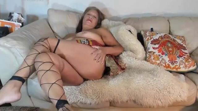 Аппетитные сиськи бабушки поработили её молодого жеребца