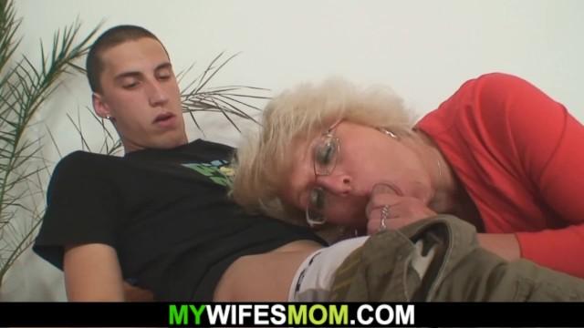 Девка в костюме горничной променяла мастурбацию на жесткую еблю с мужчиной