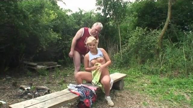 Старый дед ебет сельскую внучку на природе кончая телке в рот