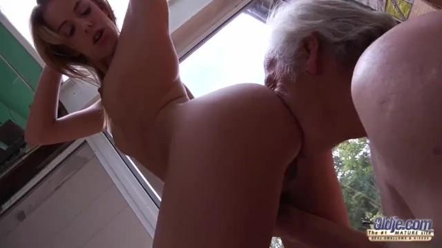 Толстая внучка и ее подруга по очереди давали деду себя трахать