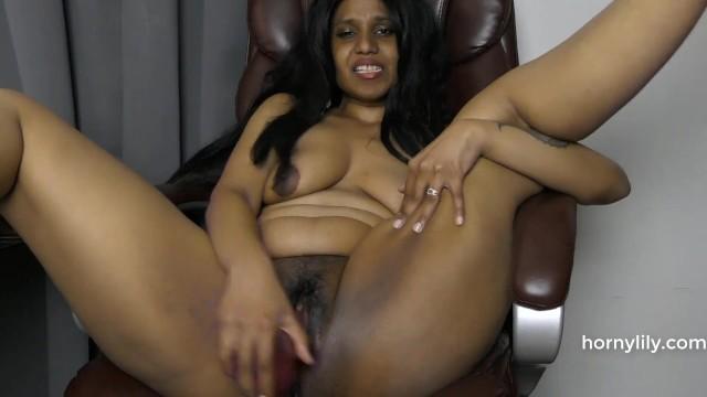 Сексуальная милфа дрочит пизду, представляя секс с племянником