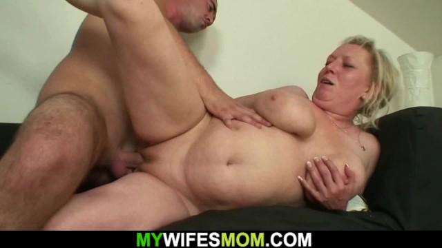 Мамаша отдалась сынишке в страстном сексе с своей лучшей подругой