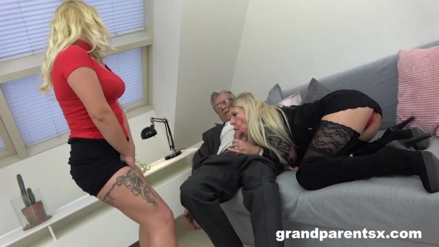 Азиатский дедушка с большим членом трахнул свою любимую женушку между половых губ