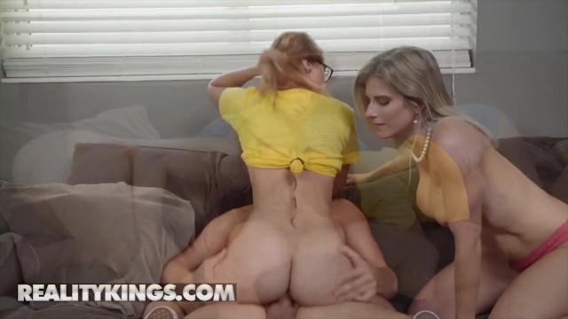 Мамаша обучила свою дочку правильной технике страстного секса