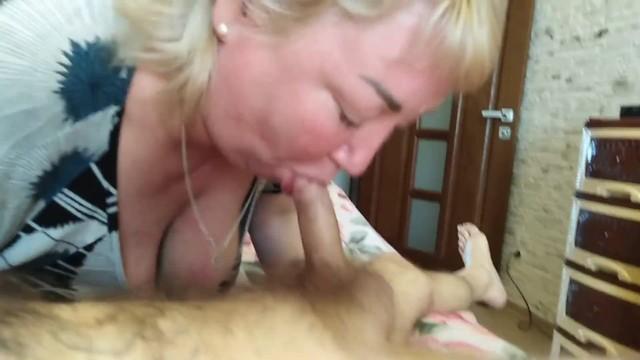 Дочка вылизала пизду своей мамаши и довела её до оргазма со стонами