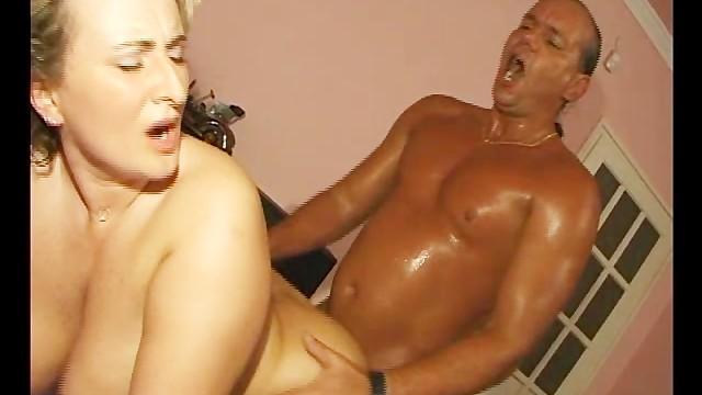 Секретарша привела домой своего босса и получила от него вагинальный трах