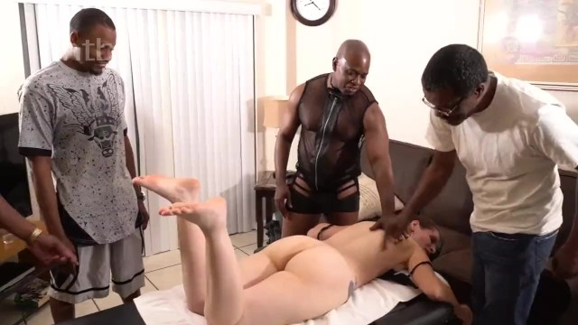 Темнокожие чуваки просто уничтожили белую проститутку на столе