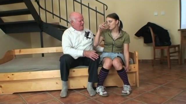 Внучка занялась с дедом оральными ласкам и получила напор ебли