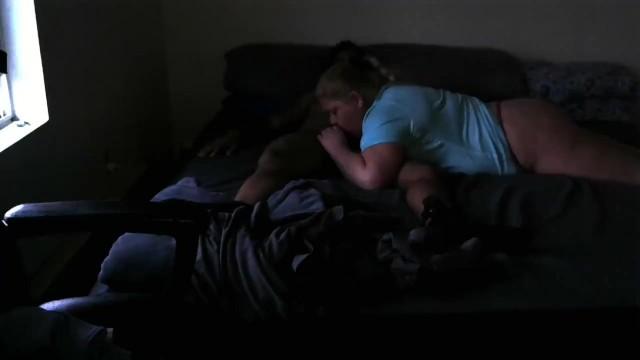 Смуглая красавица трахается с озабоченным пасынком на кровати
