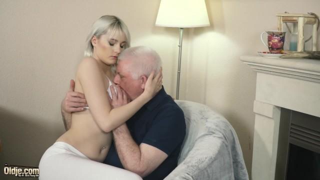 Милая азиатская девушка Марин Аоно трахается на члене деда