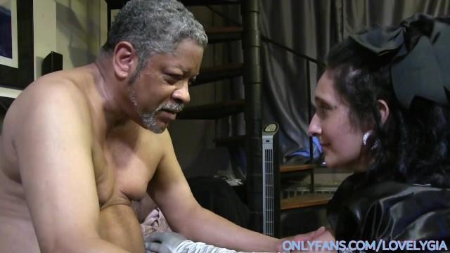 Старичок поимел шлюховатую внучку и заставил её глотать сперму