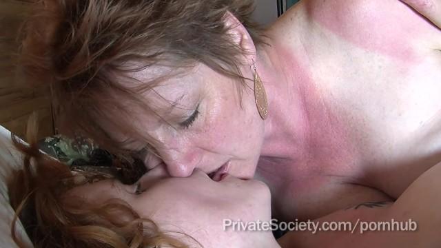 Тетя учит свою племянницу как правильно работать ротиком по члену