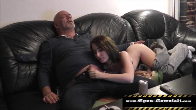 Мачеха совратила любимую падчерицу и довела её до бурного оргазма