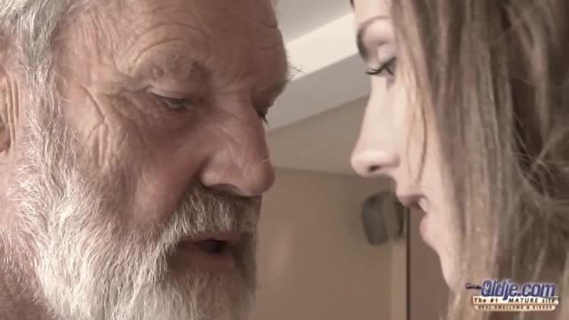 Молодушка насадила собственного деда на резиновый страпон